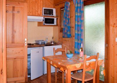 La cuisine de l'un de nos chalets avec une capacité de 2 à 3 personnes